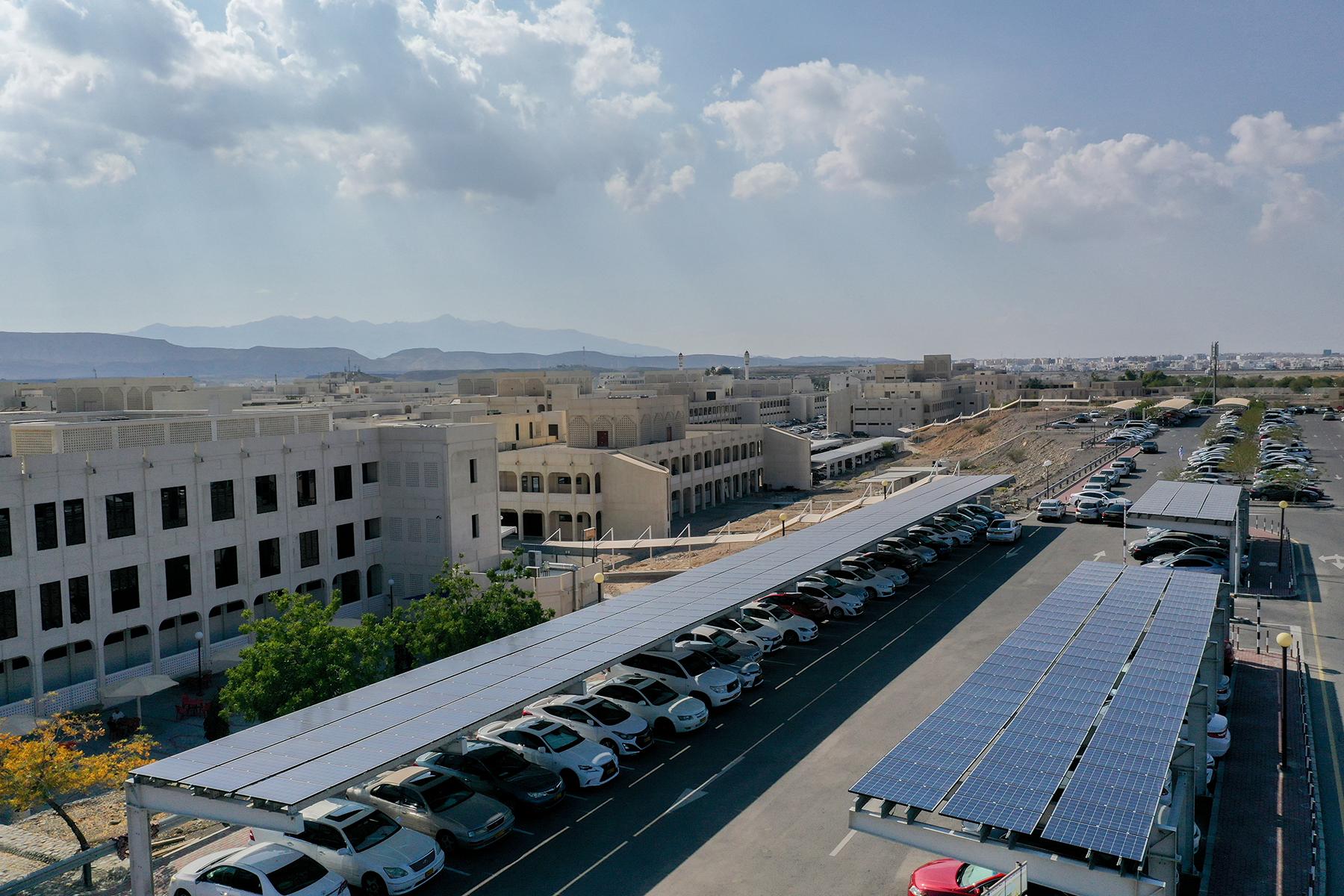مواقف الطاقة الشمسية في كلية الهندسة بجامعة السلطان قابوس